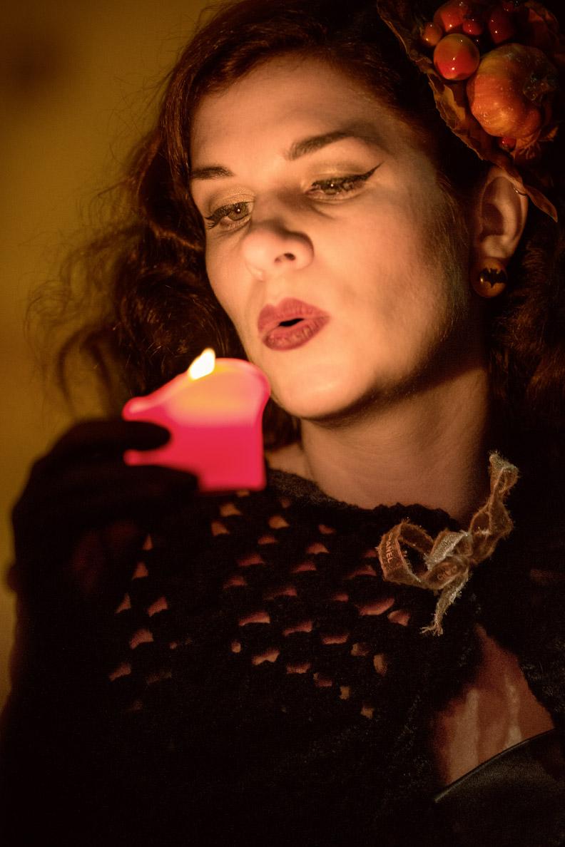 Schmuck für den Herbst: RetroCat mit Fledermaus-Ohrringen und einer Kerze