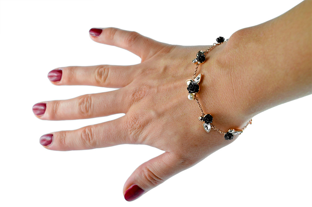 RetroCat mit einem Rosen-Armband von Swarovski