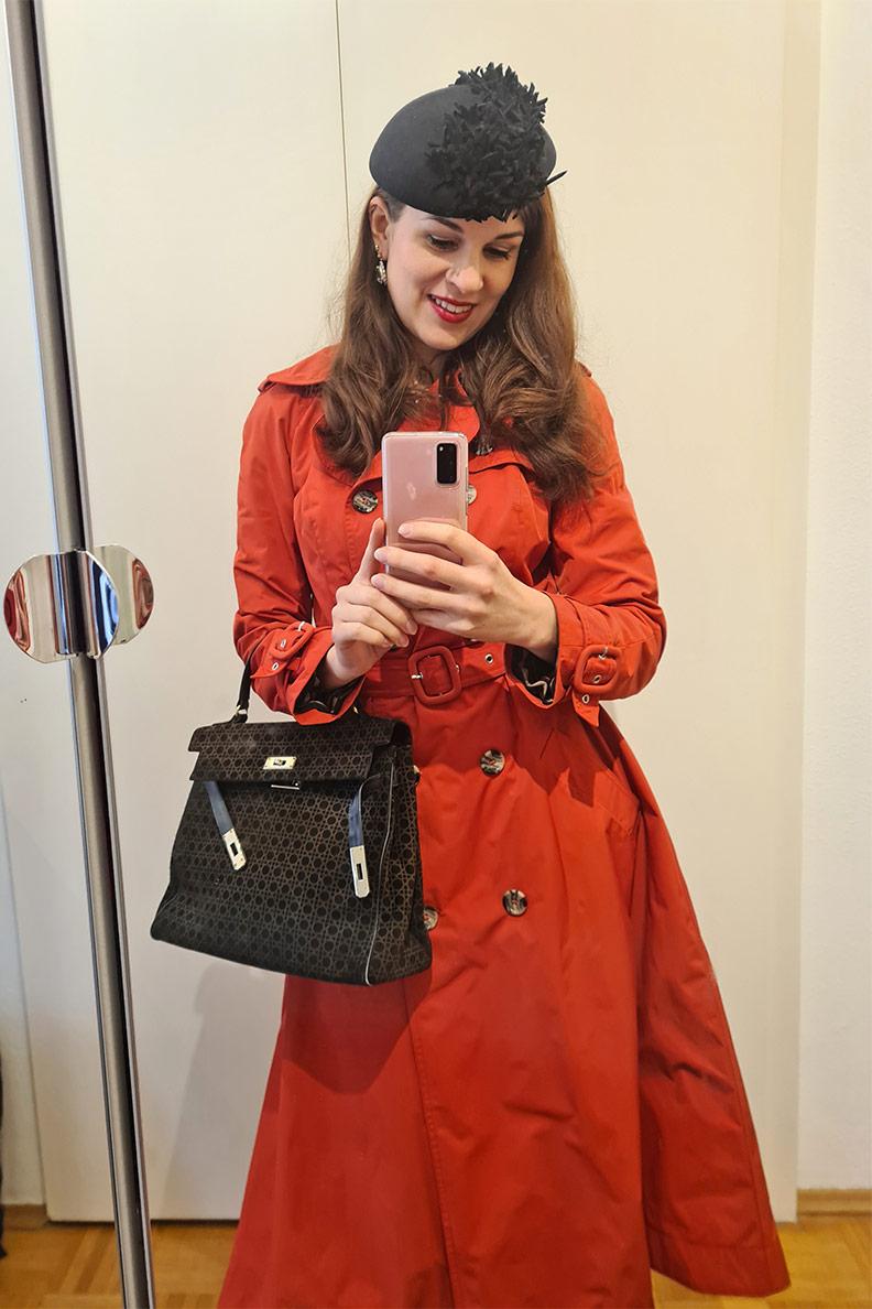 RetroCat mit rotem Trenchcoat von Ginger Jackie