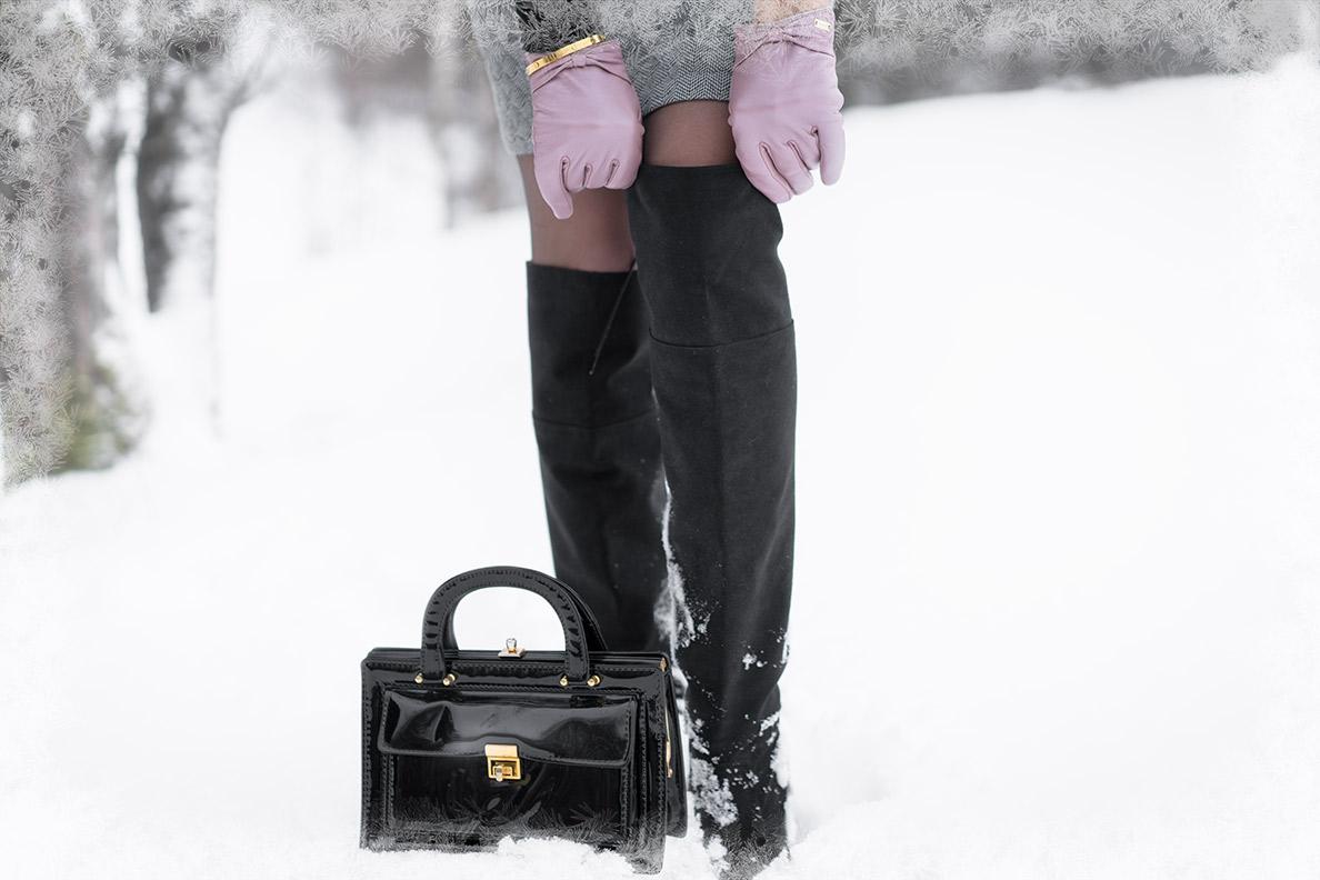 Kleider im Winter tragen: RetroCat mit Overknee-Stiefeln im Schnee