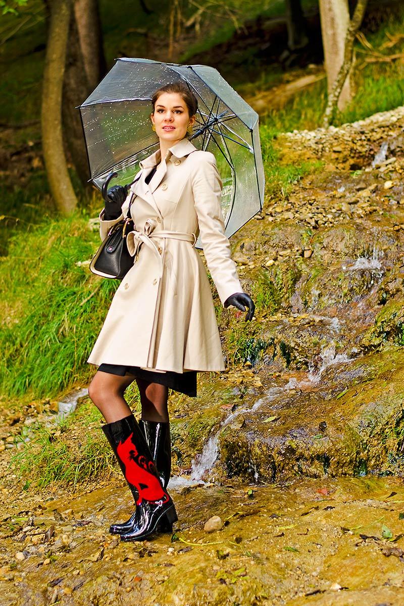 Stylishes Regen-Outfit: RetroCat mit Trenchcoat, Gummistiefeln und Regenschirm