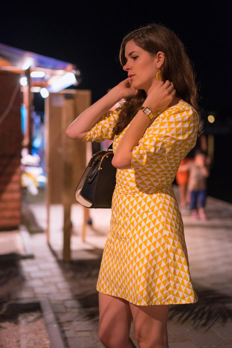 RetroCat mit einem gelben Sommer-Outfit in Kroatien