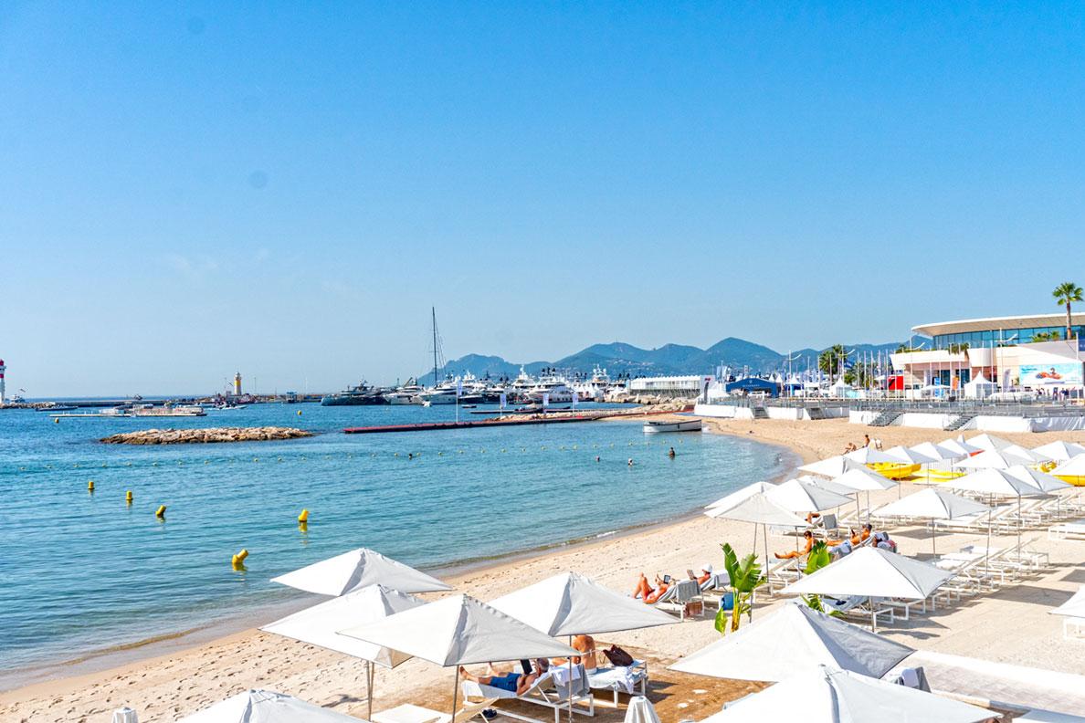 Der Strand an der Croisette in Cannes