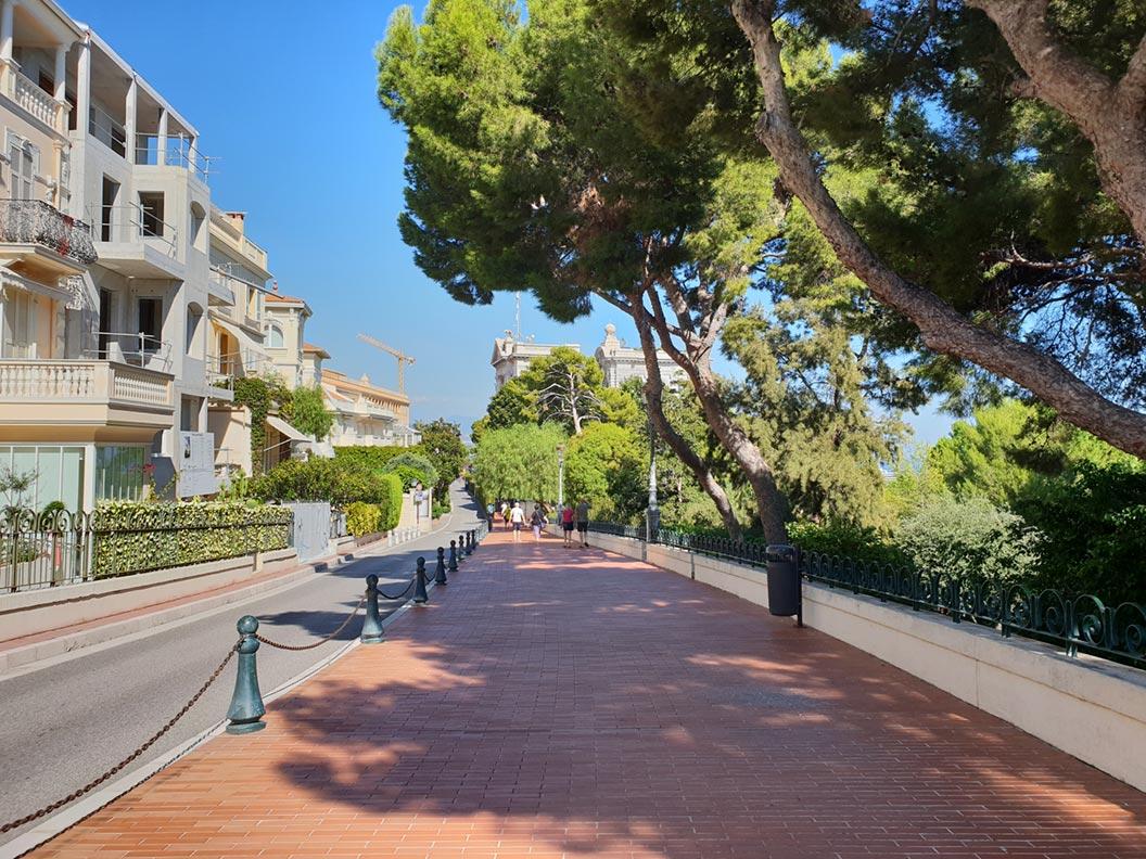 Eine Straße in der Altstadt von Monaco