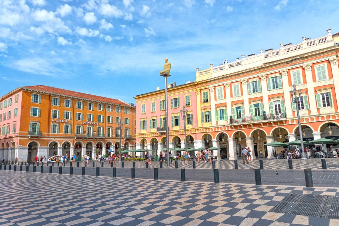 Die Altstadt von Nizza mit einem karierten Boden