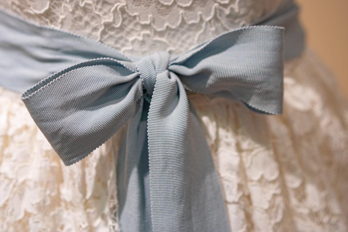 Eine blaue Schleife an einem Brautkleid von Lena Hoschek