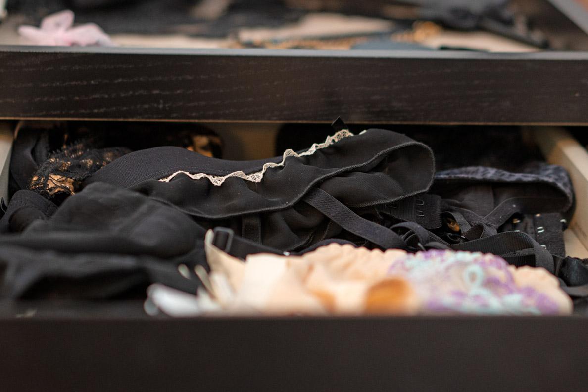 Unterwäsche aufbewahren: RetroCats Strumpfhalter in einer Schublade