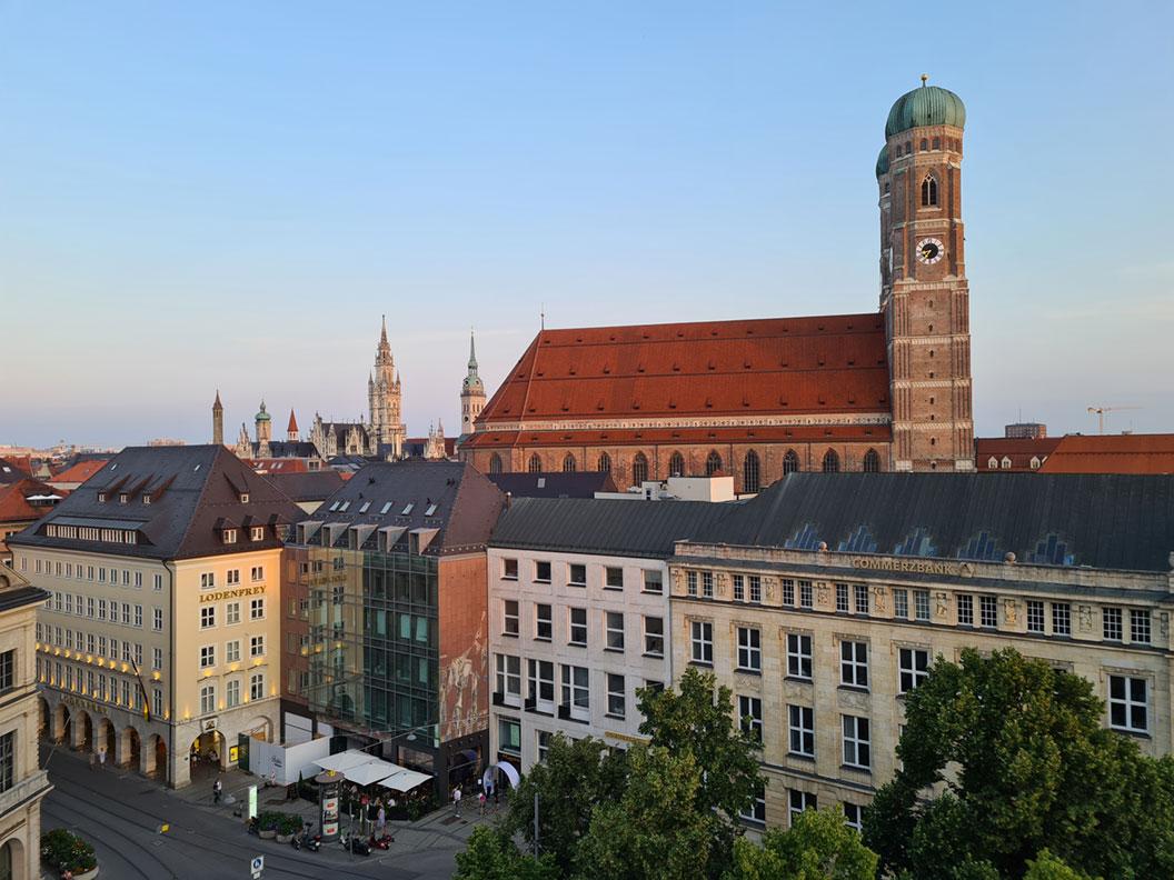 Die Frauenkirche in München von der Dachterrasse des Bayerischen Hofs fotografiert