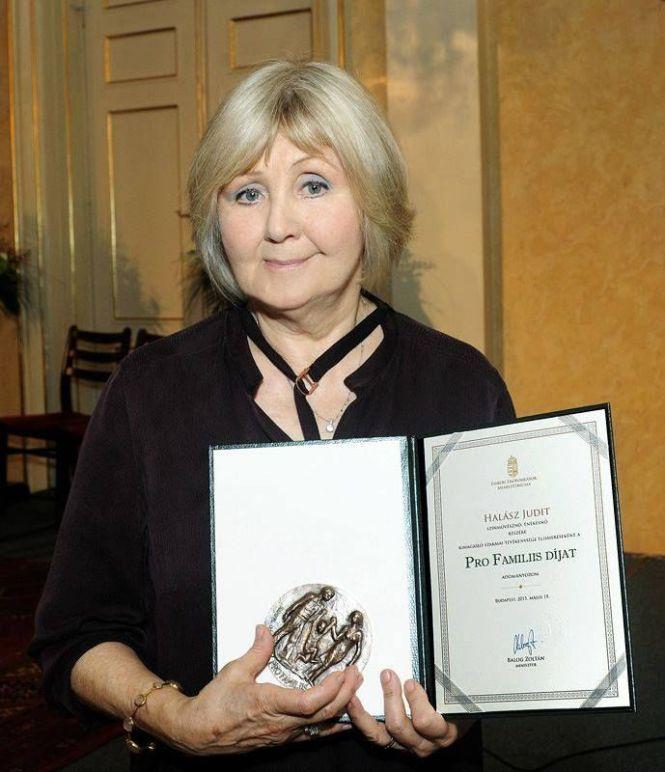 Halász Judit Pro Familiis-díjat kapott