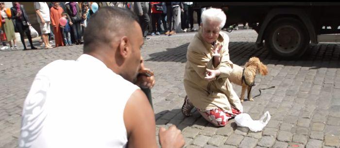 Az idős hölgy olyat tett, amire senki nem számított