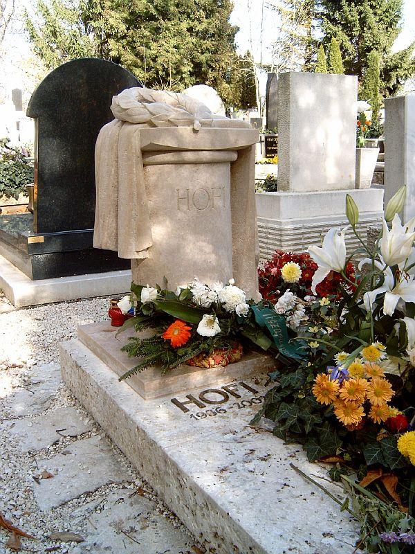 Így néz ki Hofi Géza síremléke