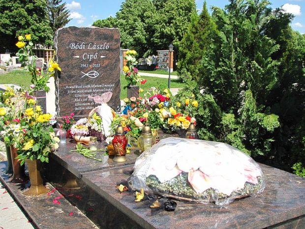 Így néz ki Bódi László Cipő síremléke