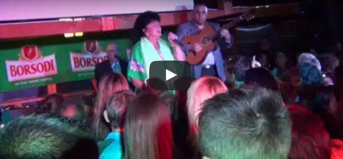 Bangó Margit így énekelt a Pagony Vendéglőben