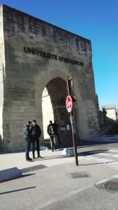 向かいにはアビニョン大学。旧街壁の門が大学の入口です。