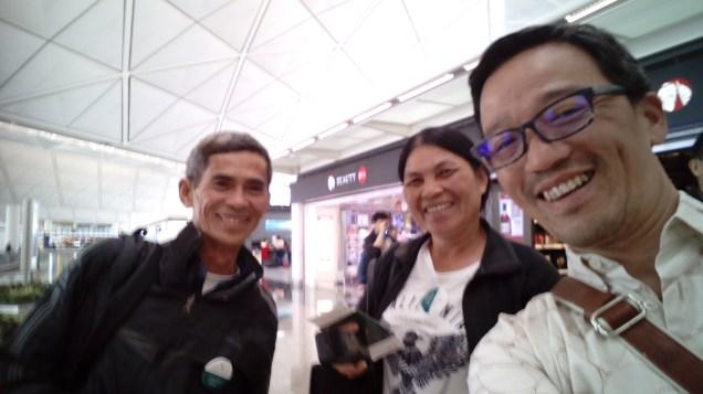 最後に香港の空港にて。迷えるベトナム人夫婦と。