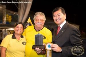 Eduardo Raito proprietário do Chrysler Esplanada recebendo o Prêmio.