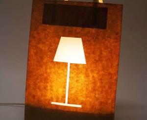 Ein Papiersack wurde mit einem LED-Leuchtmittel ausgestattet.