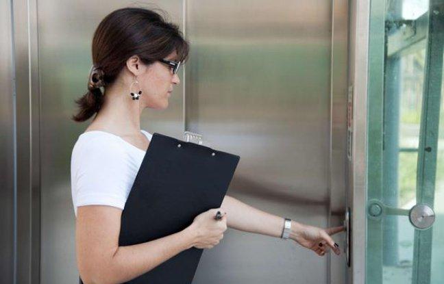 Femme-appelant-ascenseur