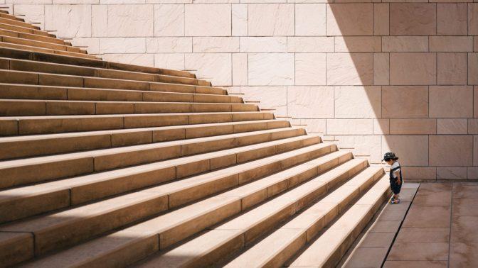 Enfant face à l'escalier