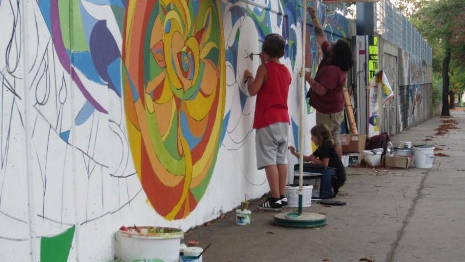 Elias Peyer y su hermana pintando