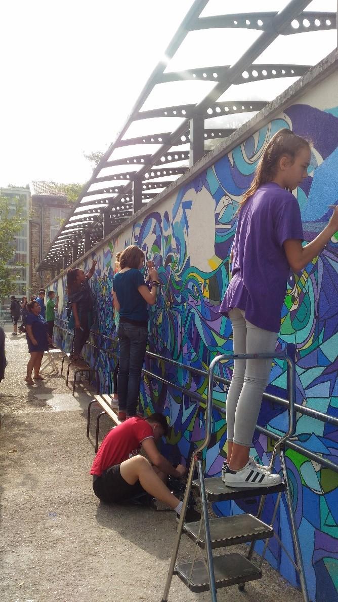 Alumnos de noveno pintando