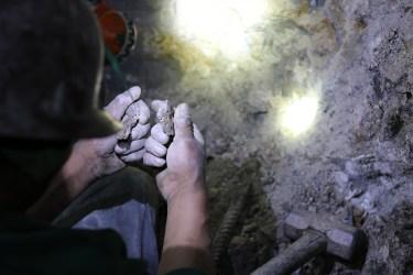 Minero untersucht Steine, Marietheres Putre, Potosi - Bolivien, 2016/2017.