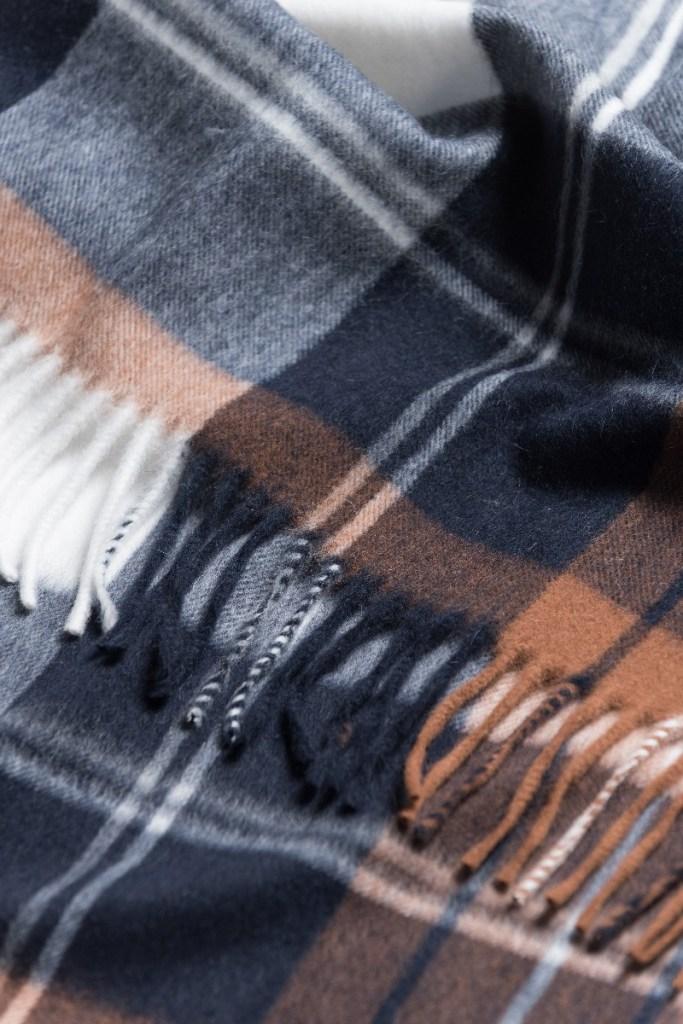 detail-echarpe-bicolore-bleu