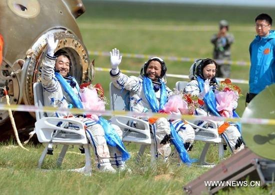 Nie Haisheng, Zhang Xiaoguang et Wang Yaping, la seconde chinoise dans l'espace, au retour de la mission Shenzou 10
