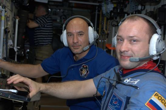 les astronautes à bord de l'ISS surveillent l'ATV
