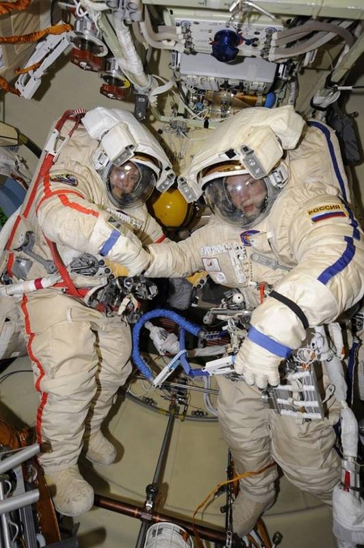 Fyodor Yurchikhin et Aleksandr Misurkin durant l'EVA-33 (source : http://www.spaceflight101.com/)