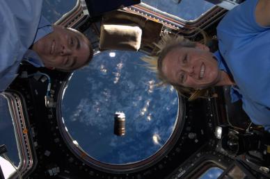 Karen Nyberg et Chris Cassidy dans la Cuppola, avec l'HTV4 au fond à 130m de l'ISS