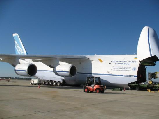 L'Antonov, nez levé pour le chargement par l'avant