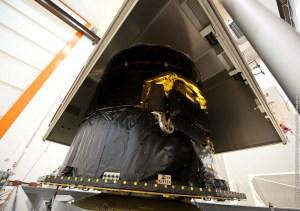 ouverture du conteneur et pose sur le chariot d'intégration le 27/08 (source CNES)