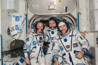 Karen Nyberg, Fyodor Yurchikin, et Luca Parmitano en tenue de rentrée sur Terre (source NASA)