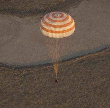 l'atterrissage du vaisseau Soyouz de l'expédition 37 (source NASA)