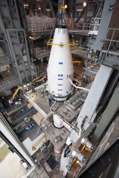 """le """"composite"""" (coiffe + satellite) en train d'être hissé sur le lanceur Atlas 5 (source NASA)"""