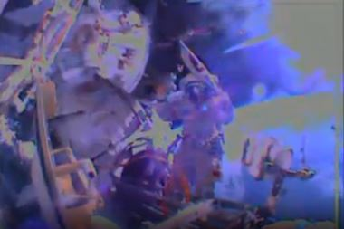Capture d'écran de NASA TV, image depuis la caméra de Sergey Ryazansky, Oleg JKotov tenant la torche olympique