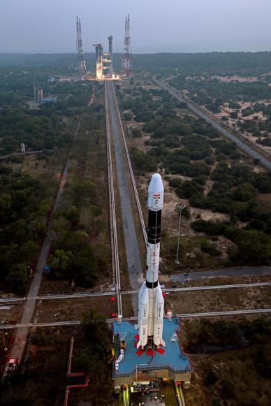 Le lanceur GSLV-D5 lors de son roulage le 28 décembre 2013 vers son pas de tir (source ISRO)