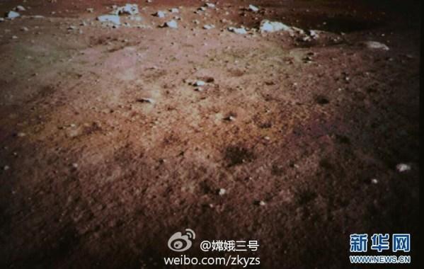 Première image en couleur du sol lunaire après l'atterrissage de Chang'e3