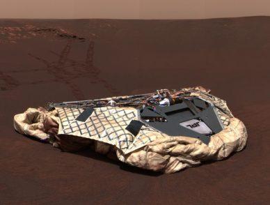 """La base d'atterrissage du rover Opportunity (airbags dégonflés) au """"Challenger Memorial Station"""" (source NASA)"""
