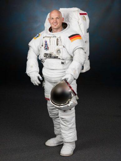 Photo officielle d'Alexander Gerst dans la tenue des sorties spatiales, EMU (source ESA)