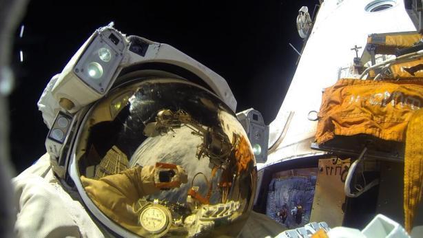 L'un des 2 cosmonautes lors de l'EVA 37 de décembre 2013 (source Twitter @scolarson)