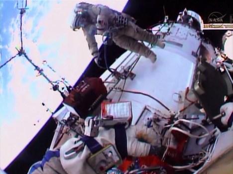 Le cosmonaute Oleg Kotov travaillant à l'extérieur du module Zvezda - EVA 37a (Credit: NASA TV)