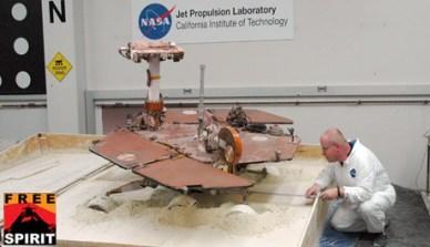essai en laboratoire de libération de Spirit de son ensablement (source NASA/JPL-Caltech)