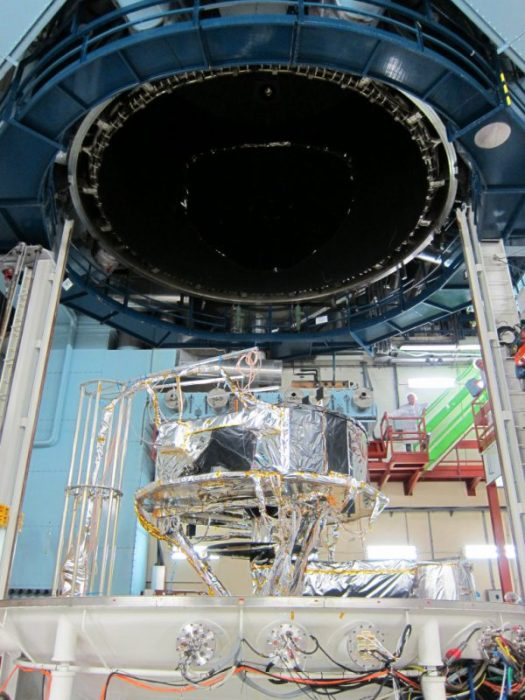 Le Service Module de Gaia prêt à  être soulevé dans la cuve à vide d'Intespace Toulouse (©Astrium - source http://sci.esa.int/gaia/50748-gaia-service-module-ready-to-be-lifted-into-the-vacuum-chamber/)