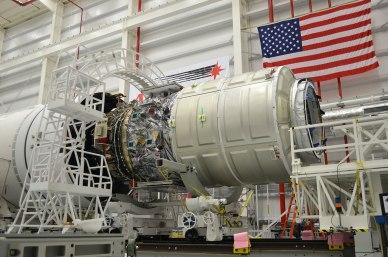Le cargo Cygnus Orb1  sur le lanceur Antares lors de la préparation du lancement (source Orbital)