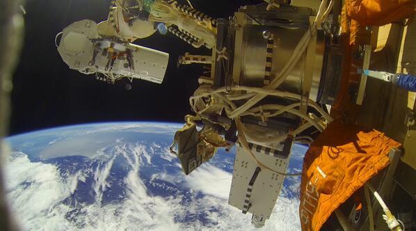 Les 2 caméras installées sur le module Zveda de l'ISS sur fond de Terre (source : twitter via @scolarson, CEO de UrTheCast)
