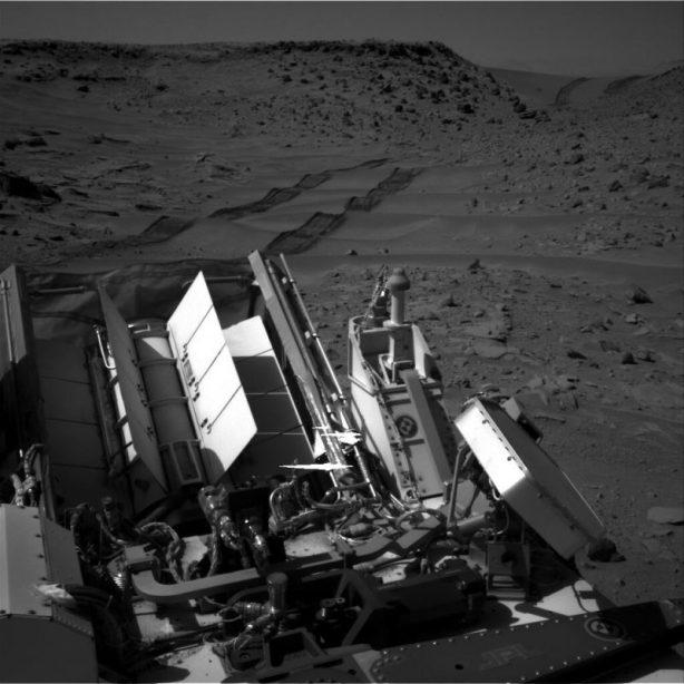 Traces des roues de Curiosity après la traversée de la dune de Dingo Gap (Credit: NASA/JPL)