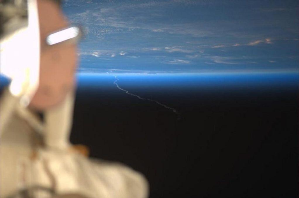 La traînée d'Ariane 5 VA217 depuis l'ISS (source Rick Mastracchio / NASA)
