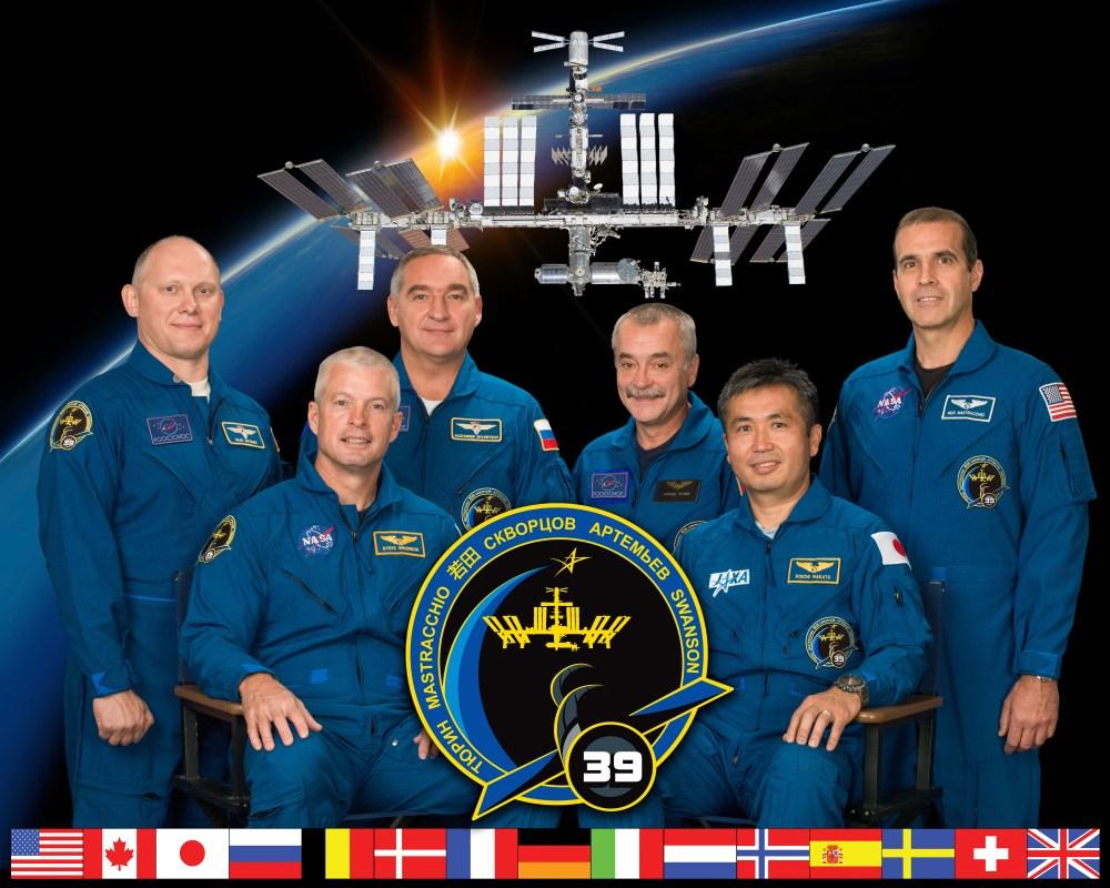 L'Expedition 39. Devant à droite, le commandant Koichi Wakata (JAXA), à gauche Steve Swanson (NASA). De gauche à droite derrière : Oleg Artemyev, Alexander Skvortsov, Mikhail Tyurin (Roscosmos) et Rick Mastracchio (NASA) (source NASA)